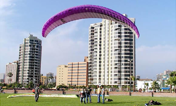 Un ejemplo de los diversos parapentes que vuelan la zona de Miraflores.